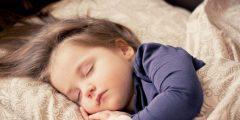 كيف تساعد طفلك على النوم في الأيام الأولى من عمره؟