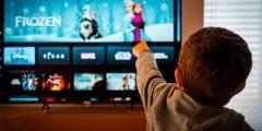 هل تتساءلون ما سرّ حب طفلكم للأفلام الكرتونيّة؟ إليكم السبب!