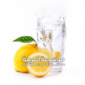 فوائد الماء الدافئ والليمون على الريق وأضراره